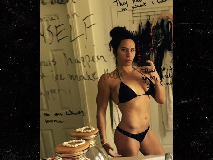 0219-cat-zingano-selfie-mirror-sexy-body-instagram-2