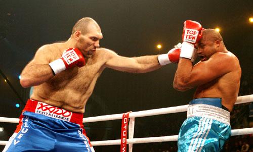 Nicolay-Valuev-vs.-Jameel-McCline-Photo-credit-David-Martin-Warr-Don-King-Productions