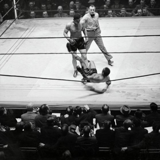 Joe_Louis_Knocking_Out_John_Henry_Lewis_(Referee_Arthur_Donovan)_1939_(2)